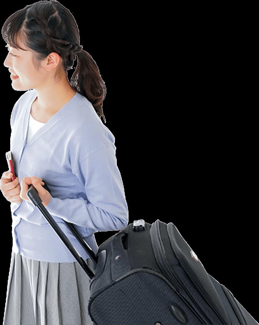キャリーバッグを引く女性