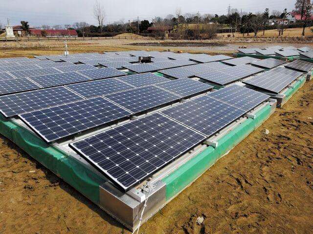 水を抜いたため池で発電を続ける太陽光発電装置=浄谷新池
